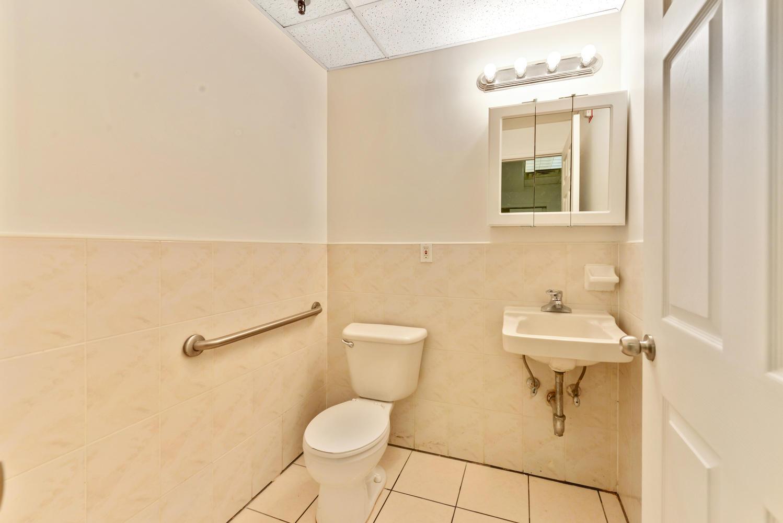 3670-Prince-St-Flushing-NY-large-009-4-Bathroom-1499x1000-72dpi