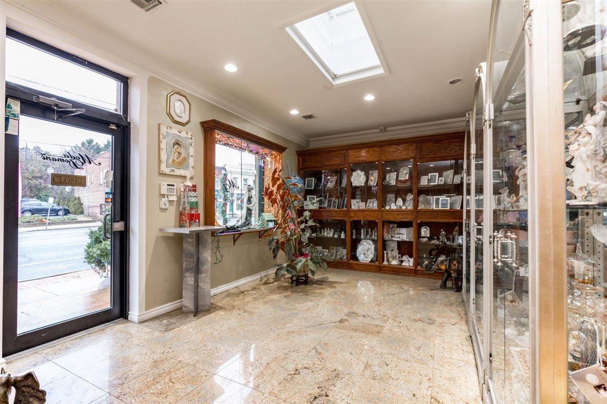 04-Main-Showroom